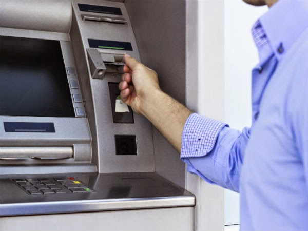 banco-cajero-hombre-tarjeta