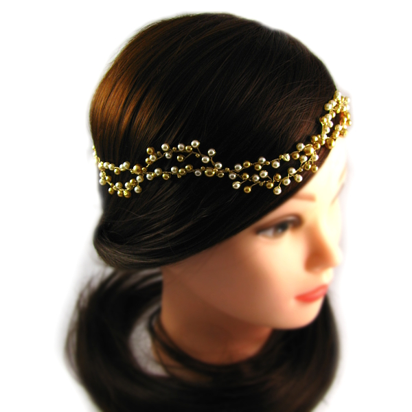 Niskie upięcie włosów na ślubie i tiara Airy z perłami