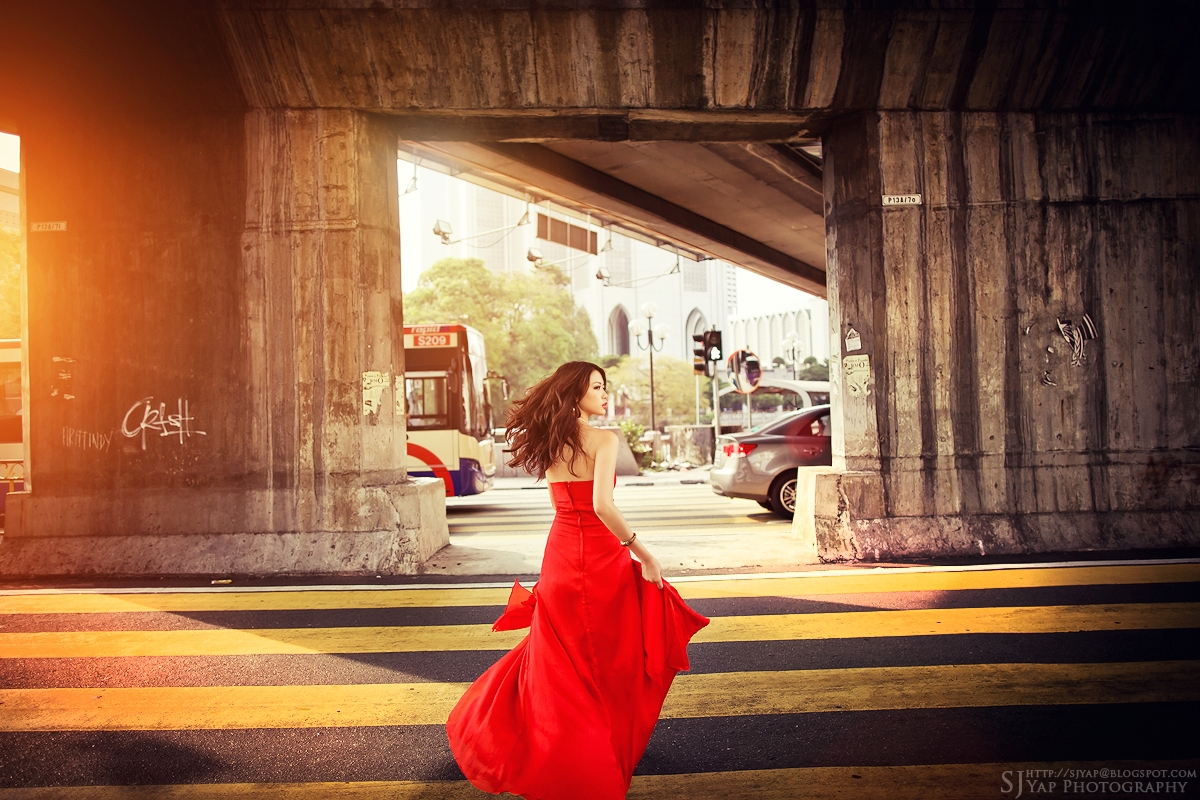 IMAGE: http://2.bp.blogspot.com/-_xn3LdmBSgw/TqeaBHleRwI/AAAAAAAAB0c/O6P4EgHe0aM/s1600/red_dress_3.jpg