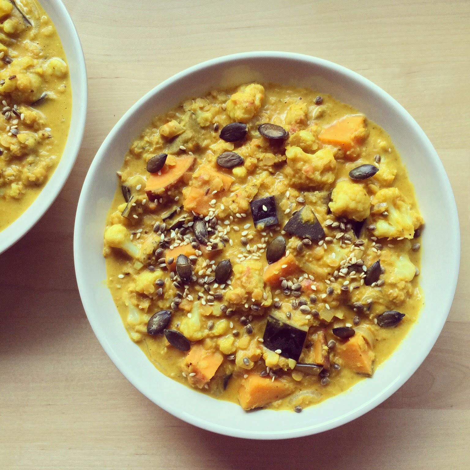dahl de lentilles au lait de coco patate douce chou fleur aubergine bowl spoon