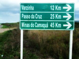 Placa na BR-392 Indicando o Acesso a Varzinha, em Caçapava do Sul (RS)