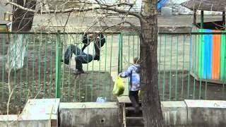 Мужик лезет через забор