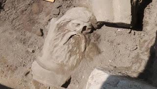 """AΠΟΛΛΩΝΙΟΣ ΝΑΟΣ ΦΑΝΕΡΩΘΗΚΕ ΣΤΟ ΔΕΣΠΟΤΙΚΟ ΣΤΗΝ ΑΝΤΙΠΑΡΟ (ΕΙΚΟΝΕΣ) Νέα ιστορική ανακάλυψη στην Πέλλα: Βρέθηκε το άγαλμα του Σιληνού - Η ομορφιά του """"θαμπώνει"""" τους αρχαιολόγους (εικόνες)"""