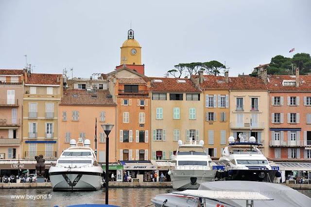 Fachadas coloridas sobre el puerto en Saint Tropez, Francia