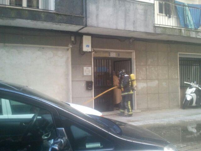 un bombero accede al portal de la vivienda