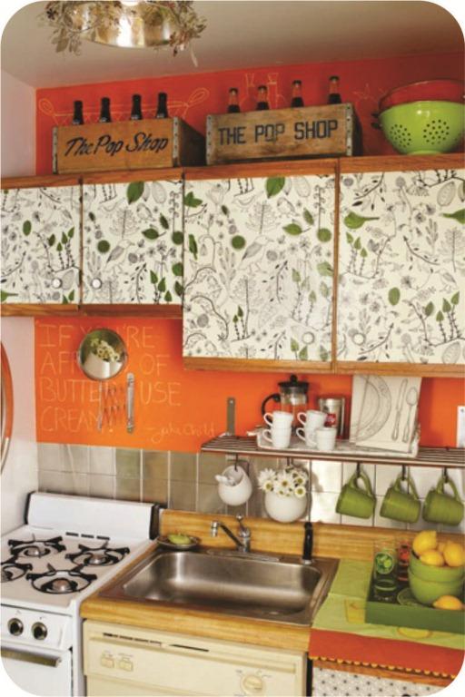 Papel para armarios un armario junto a la puerta papel for Papel decorativo para armarios