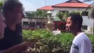 В сети набирает популярность вирусное видео о неожиданном приключении русских туристов в Африке.