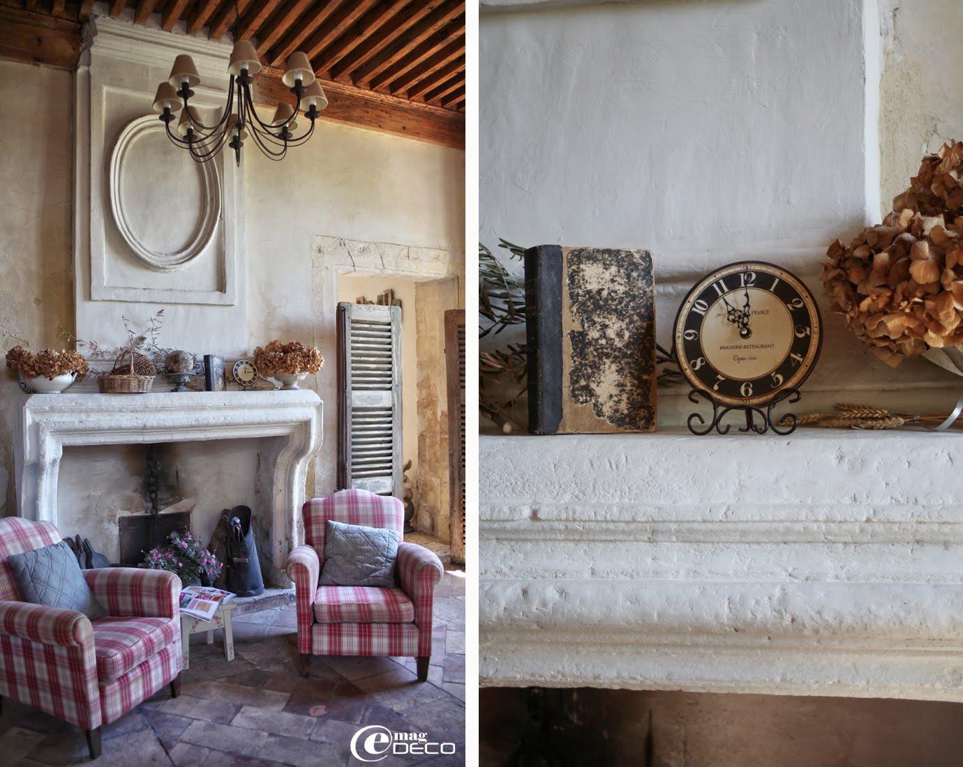Fauteuils Country Corner devant une cheminée provençale et vieux volets détournés en paravents