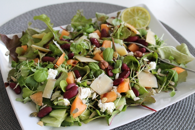 cantaloupemeloni salaatti, kidneypavut salaatissa