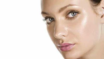 Wanita dengan kulit wajah yang berminyak