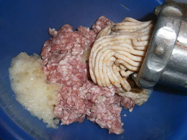 Mięso mielone, mielony chleb i cebula