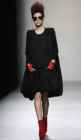 Juana Martín vestido negro Cibeles Madrid Fashion Week otoño invierno 2011 2012