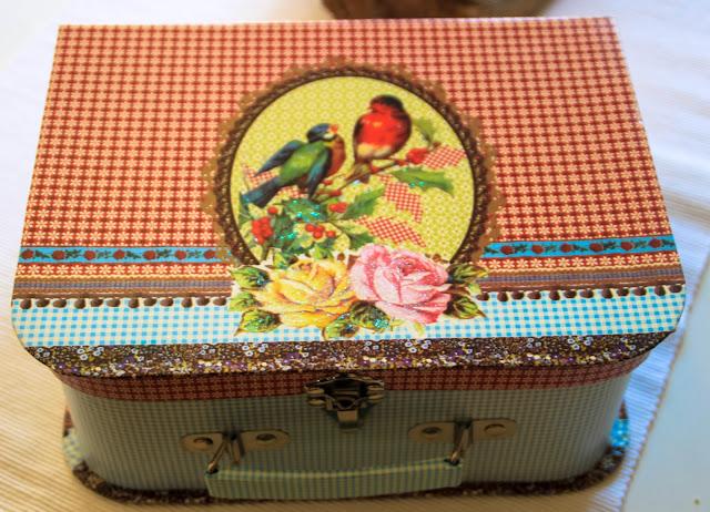 Koffer aus Pappe mit Vogelmotiv