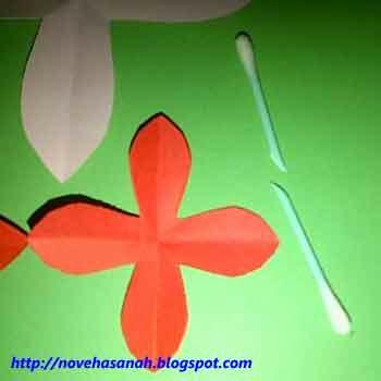 satukan mahkota bunga dengan cotton bud dan lem bagian bawahnya