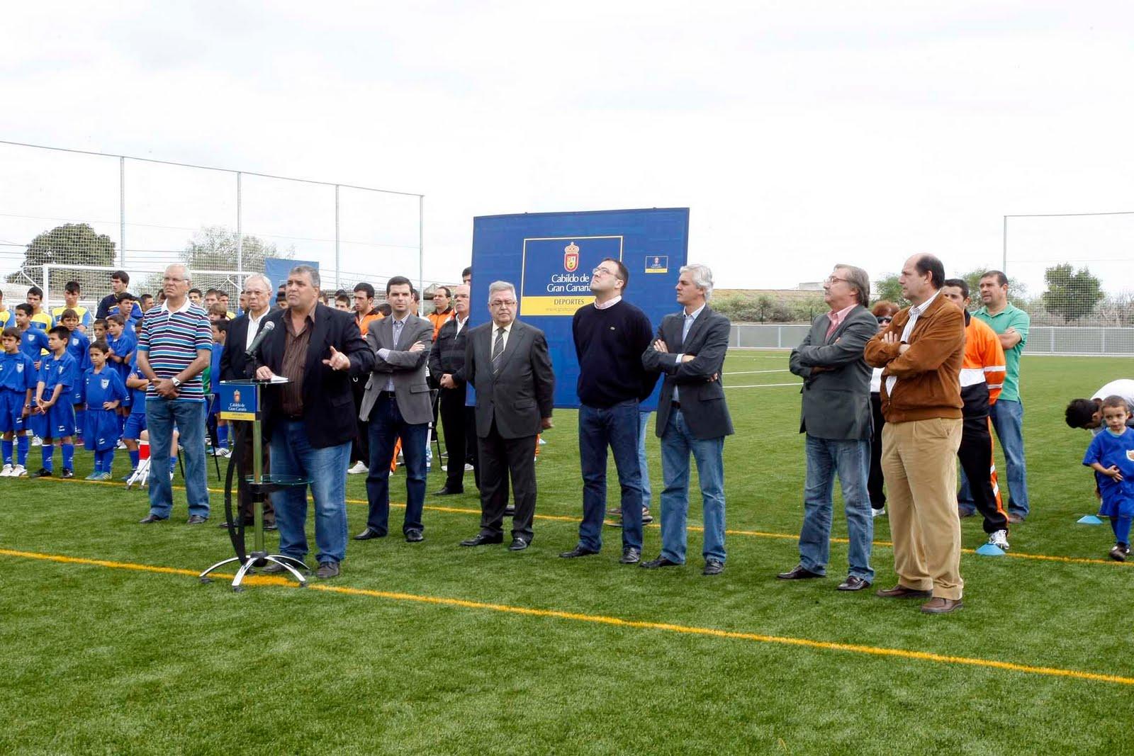 Inauguraci n del c sped artificial del campo de f tbol del for Piletas de campo