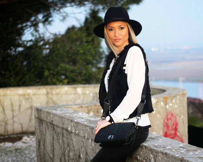 Novo Look do dia/Outfit Black & White com camisa statement e botas com textura de píton/animal print. Dicas de Moda e Imagem. Blog de Moda Style Statement. Tendências. Outono/Inverno. Black and white, colete de pêlo, fur vest, ripped jeans, relógios daniel wellington. Ano Novo 2015