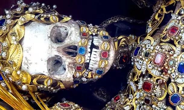 """Οι """"Άγιοι"""" σκελετοί της Ρώμης: Τα εκπληκτικά στολισμένα λείψανα  και σκελετοί με κοσμήματα"""