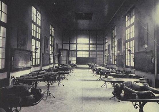 Latihan Doktor Bedah Tahun 1900an yang Menyeramkan