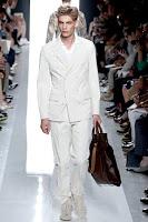 бял костюм с двуредно сако