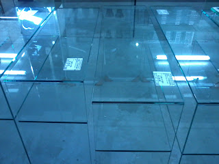 foto de aparador de vidro cristal incolor