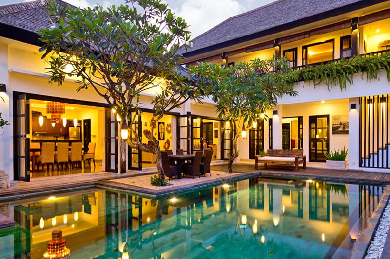 contoh desain kolam renang di halaman belakang rumah