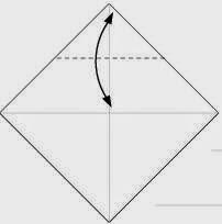 Bước 2: Gấp góc trên cùng tờ giấy xuống để tạo nếp gấp, sau đó lại mở ra.