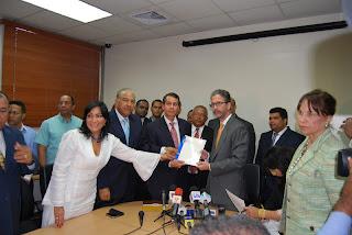 El PRD inscribe a Hipólito, Abinader y a Diputados ultramar