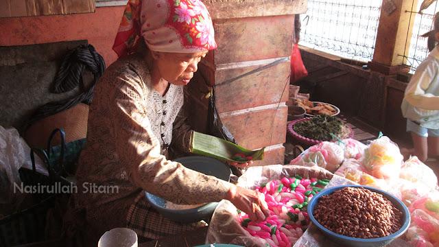 Ibu penjual jajanan pasar di pasar apung Jepara