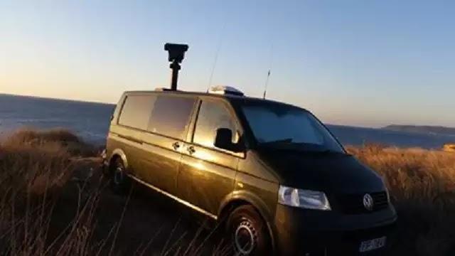 Τι κάνει αυτό το ξένο αυτοκίνητο με κεραίες και μαύρα τζάμια στις ακτές της Χίου;