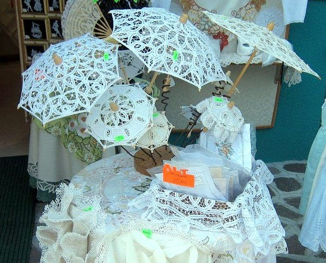Certamente she will have white lace umbrellas from Burano no