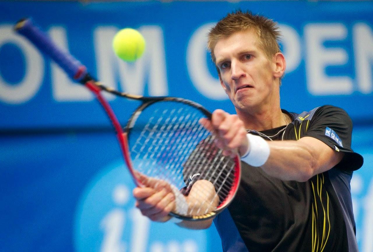 smešne slike: tenniser vraća loptu sa teniskim reketom naopačke