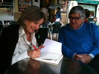 Cabopá firmando su libro