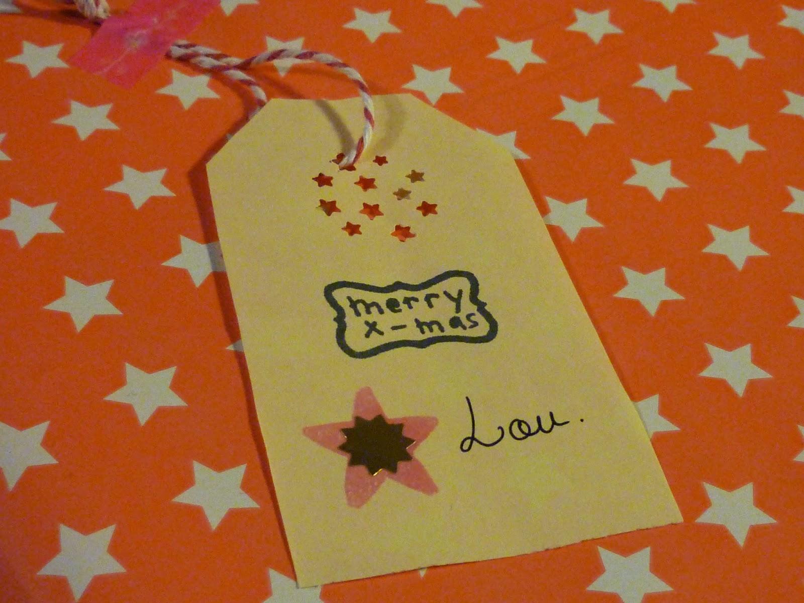 étiquette tag collée sur un cadeau