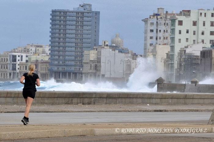 Marejadas en el malecón provocadas por el primer frente frio del año en La Habana, Cuba, el 7 de enero de 2014.