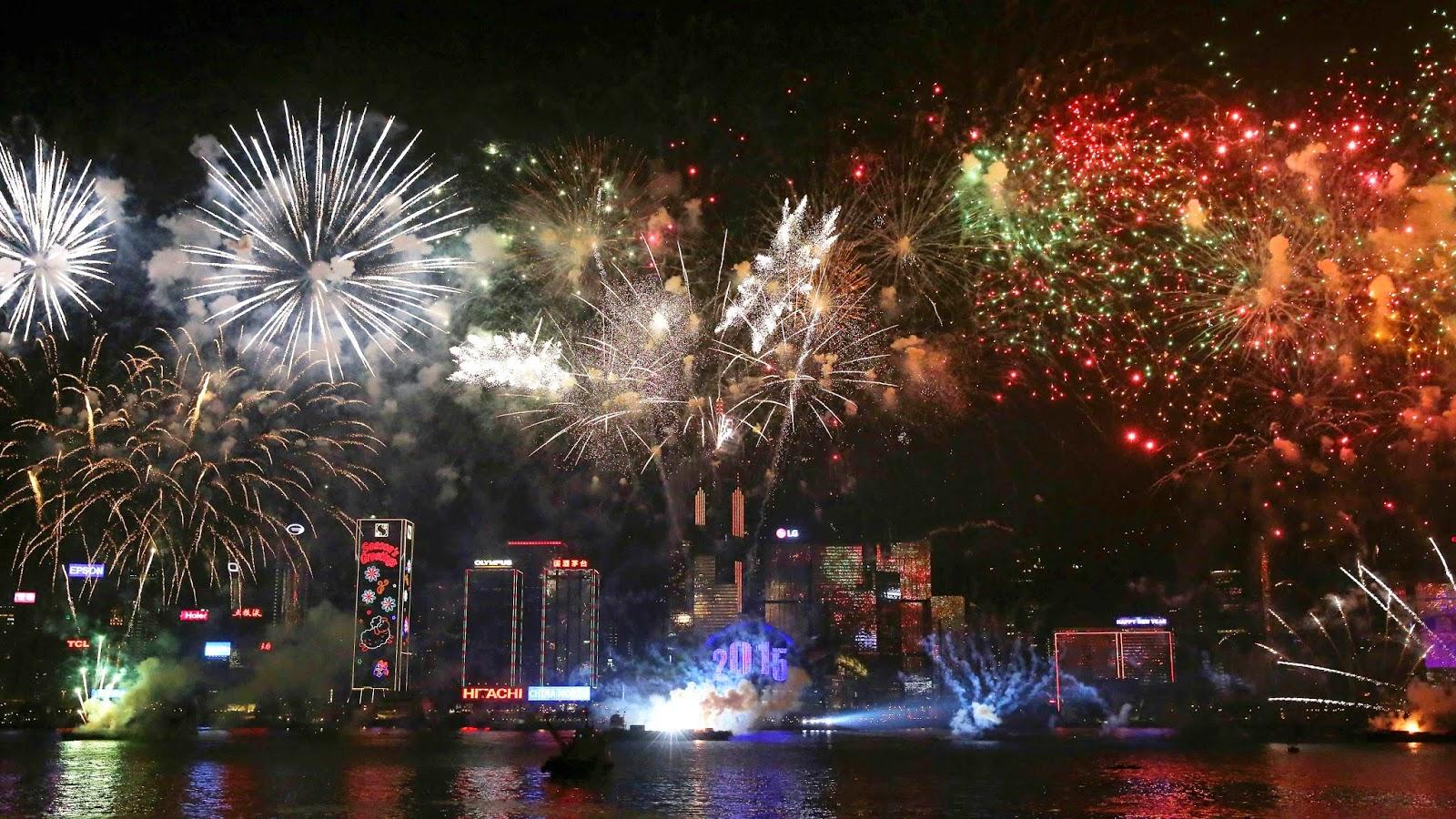 Pesta kembang api tahun baru 2015 yang begitu meriah di Victoria Harbor, Hong Kong.