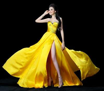 Adrian Anh Tuấn cũng may thêm một bộ thứ hai để Hoa hậu có sự lựa chọn trong đêm chung kết cuộc thi vào 19/12.