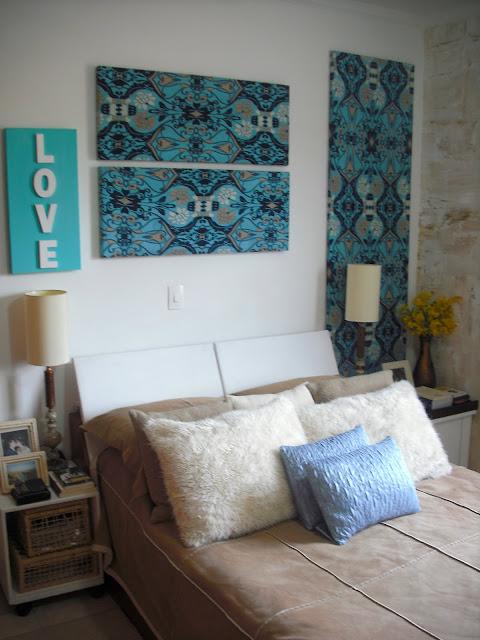 quarto de casal decorado com telas encapadas com tecidos