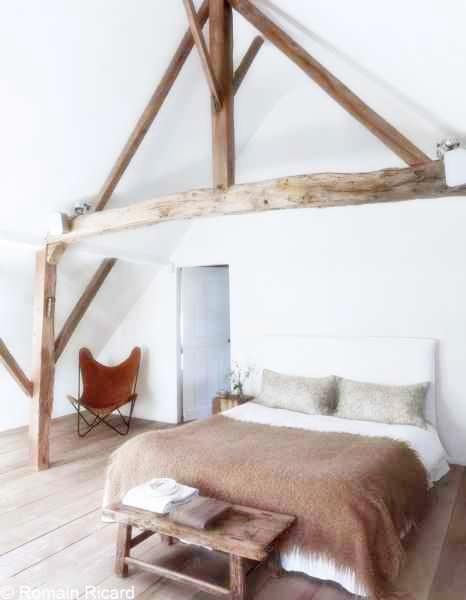 Belki konstrukcyjne w sypialni, krzesło BFK, drewniana ławka przy łóżku