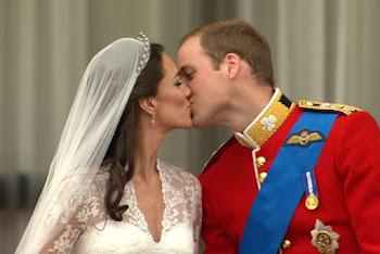 el beso entre William y Kate frente al pueblo inglés fue aplaudido por miles