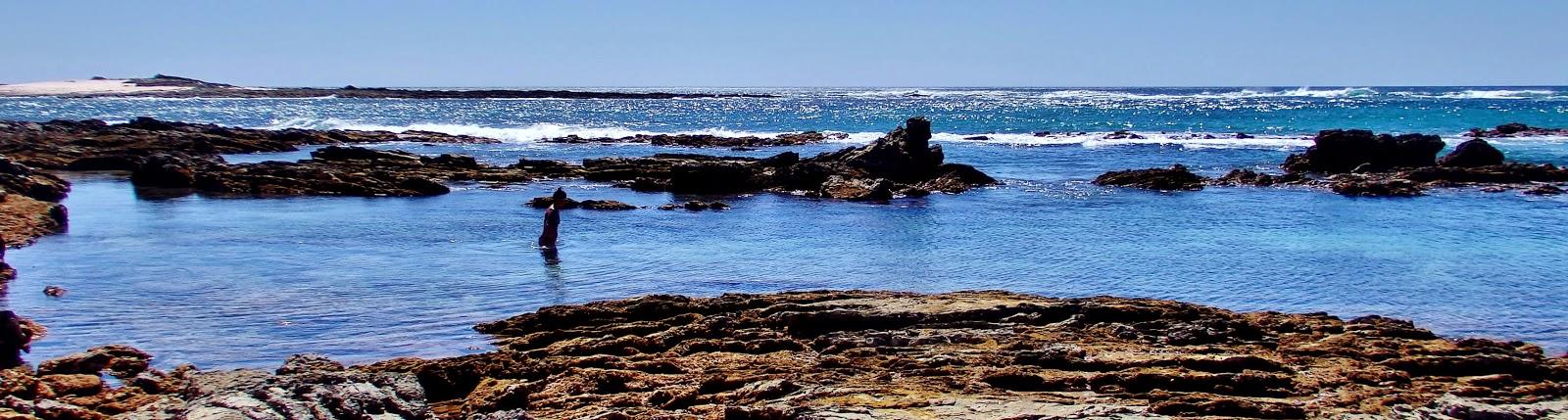 Piscinas naturales en ruta por costa a Playa Guiones, al fondo Isla Rosada. Playa Garza, Península de Nicoya, Costa Rica.