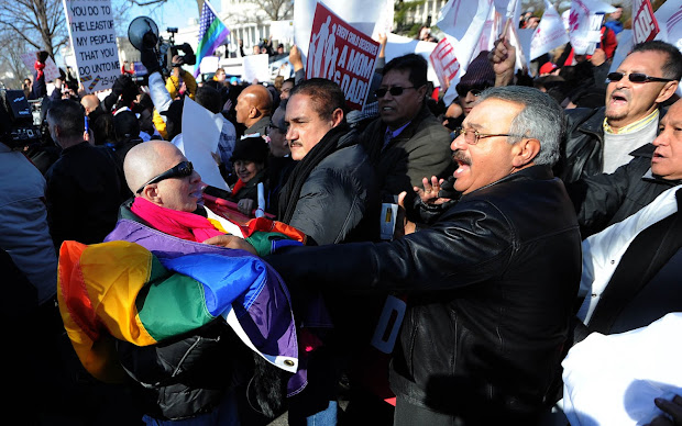 Manifestantes contra e a favor do casamento entre pessoas do mesmo sexo brigam durante manifestação em frente ao Supremo Tribunal dos EUA (Foto: Jewel Samad/AFP)
