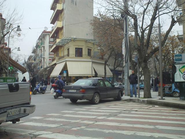 Παρκάρουν στη μέση του δρόμου ίσα-ίσα να ενοχλούν τους πάντες