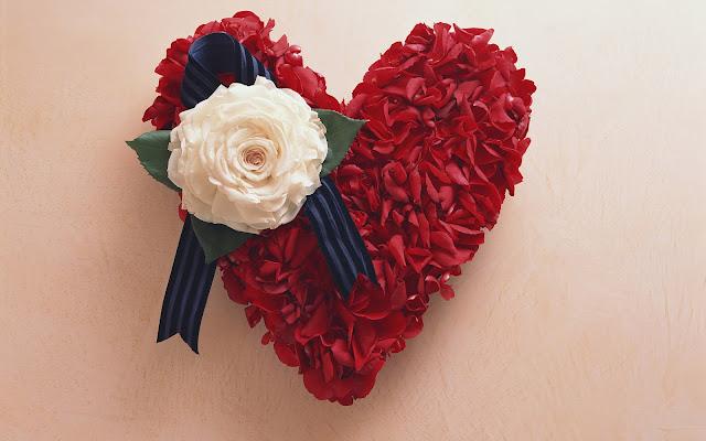 Prachtige foto met een rood liefdes hart gemaakt van bloemen
