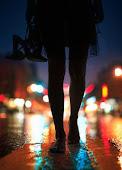 y caminar descalza bajo la lluvia