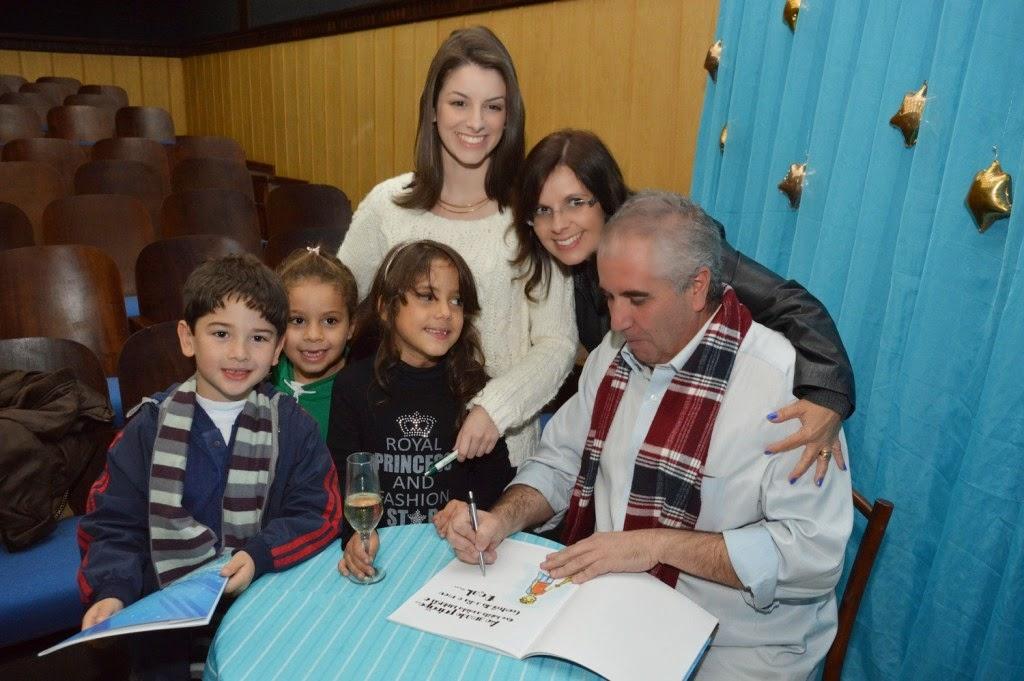 Diversas crianças participam do lançamento do livro infantil