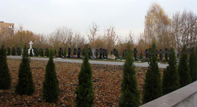 Фото Виталия Бабенко: монастырское кладбище