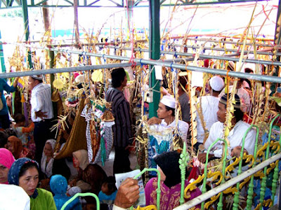 birth ritual in banjarmasin south kalimantan The banjar or banjarese (urang banjar in banjarese language اورڠ بنجر in jawi  script) are a native ethnic group in south kalimantan, indonesia  the fusion of  the cultures saw the birth of the upper banjar language (bahasa banjar hulu)   sasanggan, a bronze bowl used by the banjarese during a traditional ceremony.