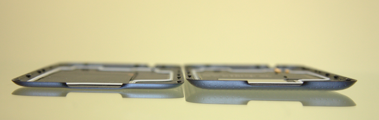 Po lewej standardowa klapka telefonu SGS 5. Po prawej klapka S Charging Cover.