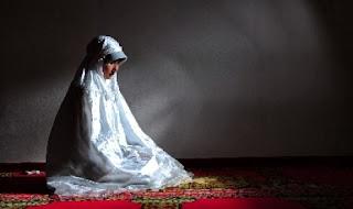 Ilustrasi muslimah shalat (foto Republika.co.id)