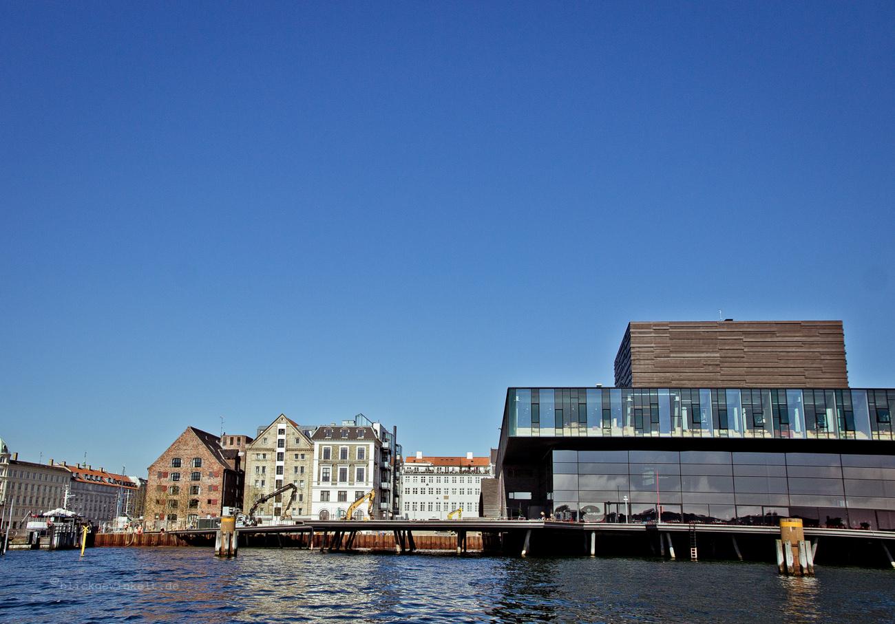 Wasseransicht der Glasfassade vom neuen Schauspielhaus in Kopenhagen